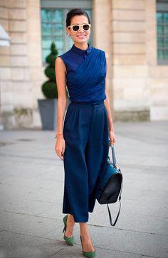 Street style look com calça azul cropped e camisa azul.
