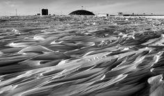 La bóveda en la Estación Amundsen-Scott del Polo Sur es visto por encima de un campo de sastrugi - crestas de nieve formados por la erosión del viento, el 29 de octubre de 2003.