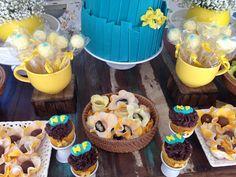 Decoração de Chá-Bar feito pela Mel Pitanga Eventos nos tons de amarelo e azul tiffany, criando um ambiente alegre e super charmoso. Não deixe de conferir: