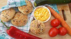 Mrkvovo-vajíčková pomazánka s domácimi kaiserkami Bread Rolls, Food To Make, Zucchini, Hamburger, Dairy, Eggs, Cheese, Homemade, Snacks