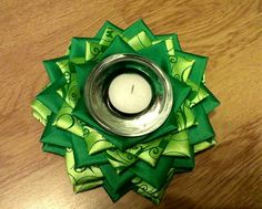 Svietnik druhý v poradí :-) Christmas Ribbon, Christmas Balls, Simple Christmas, Easy Christmas Decorations, Christmas Craft Projects, Ball Ornaments, Holiday Ornaments, Quilted Fabric Ornaments, Shibori