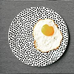 🐔🍳 • • • • • #breakfast #plates #ceramics #ceramicplate #dishes #dots #stripes #dotsandstripes #egg #foodstagram #popofcolor #hm #hmhome…