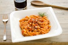Νιόκι με σάλτσα και λουκάνικο - Συνταγές | γαστρονόμος Carrots, Spaghetti, Vegetables, Ethnic Recipes, Food, Gnocchi, Gastronomia, Essen, Carrot
