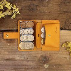小銭達が整列する、超個性的なコインケース!*おつりポケットにマチが付いたデザインになりました。*小銭の枚数が見やすいだけでなく、カード・お札ポケット、おつりポケットもありながら、名刺入れサイズという持ちやすさです。 小銭の支払いが楽しくなってしまうコインケースなのです。素材は、マットで綺麗な色のキップレザー。(牛革です。)使うごとにエイジングされ、ツヤは増し、色は深くアンティークの色味へと育っていきます。大切な方へのギフトにも。。小さなアイテムですが、大切に永く育てながら使っていただけます。Size:70x110x22mm●Photo 1:Detail  コインホルダー部分:10,50,100円硬貨がそれぞれ6-8枚程度入ります。                500円硬貨は5枚程度入ります。  カードポケット:2ポケットあります。         それぞれ、カード入れ・お札入れに分けて使うのがおすすめです。         Suicaなどを入れておくと便利です。  フラップポケット:お釣りを入れるのにピッタリな、ポケット。… Coin Purse Wallet, Pocket Wallet, Leather Scraps, Pen Case, Logo Stamp, Small Leather Goods, Quilted Leather, Leather Working, Fiber Art