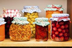 Complete tips for canning vegetables at home. How to prepare garden vegetables for canning, canning supplies needed, and how to preserve vegetables using the pressure canning method. Home Canning Recipes, Storing Fruit, Canning Vegetables, Marinated Vegetables, Food Safety, Preserves, Berries, Frozen, Food And Drink