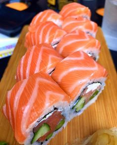 me rollin.Sushi me rollin. Sushi Salad, Sushi Sushi, Sushi Comida, Japanese Food Sushi, Japanese Desserts, Sushi Roll Recipes, Seafood Recipes, Cooking Recipes, Sushi Party