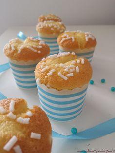Domenica devo realizzare uno sweetable per un bimbo che farà il battesimo. Tutto per 30 persone, ieri in cucina mi sono data alla pazza gioia, macarons, cake pops, margherite di stresa, biscotti decorati e tante caramelle e confetti. Questi cupcake alla vaniglia è uno degli impasti base che solitamente utilizzo. Il procedimento è semplicissimo e sono sofficissimi. Ingredienti: 100 gr. burro ( temperatura ambiente) 150 gr. zucchero 1 b.vanillina 3 uova 125 gr. yogurt bianco (facoltativo a…