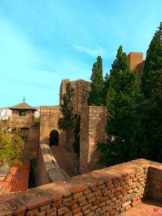La alcazaba de Málaga. Vista de la Torre Temboury y la tercera puerta de acceso. Tower Bridge, Monument Valley, Mansions, House Styles, Nature, Travel, Seville, Towers, Naturaleza