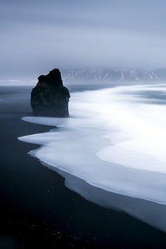 Черный пляж, в деревне Вик — самой южной деревне в Исландии