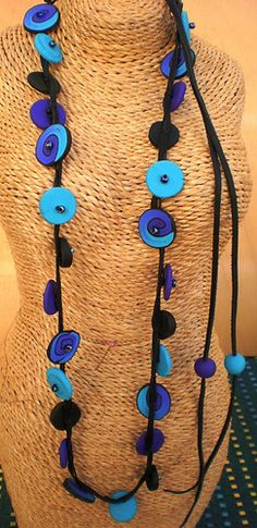 collar en cuero y fimo, via Flickr.