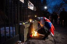 Megemlékezés a meggyilkolt szlovák tényfeltáró újságíróra a szlovák nagykövetség épülete előtt. Ján Kuciakot barátnőjével Martina Kusnirovával együtt otthonukban lőtték le február 26-án. #instahun #szlovakia #gyilkossag #jankuciak #martinakusnirova #mik Fotó: @mittuworld