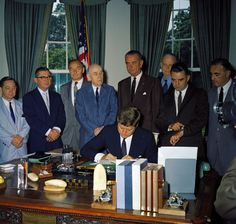 1961. 30 Juin. By Robert KNUDSEN. KN-C18243. Bill signing – HR 6027 Public Law 87-64, Old Age, Survivors, and Dependents Insurance Act, Amendment to the Social Security Act, 10:40AM