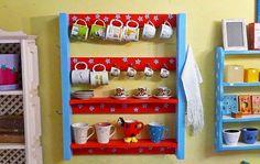 Pallets também podem ser transformados em uma prateleiras para cozinha, onde é possível colocar canecas e outros objetos.