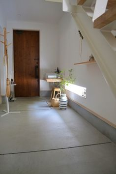 MIさんはグリーンの取り入れ方もとっても上手。玄関の土間はデンマークの老舗メーカー「KAHLER(ケーラー)」の人気シリーズ、しましまが可愛い「omaggio(オマジオ)」のフラワーベースで飾られています。さりげなく掛けてある箒やお買い物かごも憧れてしまいますね。 もっと見る