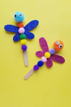 Looking for a cute, but still super easy dragonfly craft for preschoolers. Weve got you covered. Here well show you how to make a simple dragonfly craft out of popsicle sticks, pom-poms and a little Insect Crafts, Bug Crafts, Daycare Crafts, Camping Crafts, Kids Crafts, Craft Kids, Yarn Crafts, Etsy Crafts, Creative Crafts