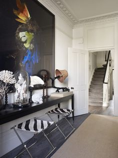 This Notting Hill townhouse was designed by my new favourite interior designer Hubert Zandberg . Entryway Decor, Wall Decor, Entry Way Design, Living Spaces, Living Room, Entry Hall, Gravure, Townhouse, Small Spaces