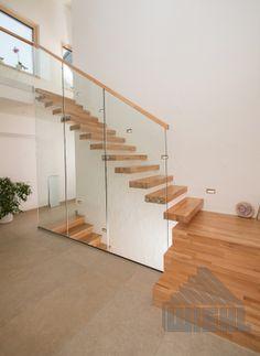 Escada suspensa com plataforma de entrada em faia, articulada, com parede de vidro e vidro - Treppen - Escadas Basement Lighting, Stair Lighting, Glass Stairs, Floating Stairs, Cantilever Stairs, Stair Railing, Design Hall, Stairway Decorating, Industrial Home Design
