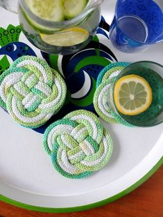 carrick bend coasters - these were made with french knitting tubes, but can be made of rope (covered with fabric would be nice, but plain is ok too) or braided fabric. Creative Crafts, Diy Crafts, Spool Knitting, I Cord, Craft Gifts, Crochet Projects, Knit Crochet, Coasters, Arts And Crafts