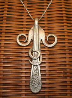 Fork jewelry It's hugging itself! Really don't care of flatware jewelry but this is very unique and stylish. Fork Art, Spoon Art, Fork Jewelry, Metal Jewelry, Jewelry Crafts, Jewelry Art, Handmade Jewelry, Bijoux Design, Jewelry Design
