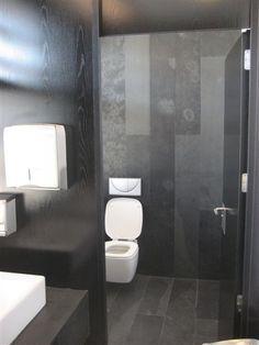El negro siempre aporta un toque de distinción, incluso en los ámbitos más privados de la casa. Como en este baño con PiedraNatural Ebano JBERNARDOS.