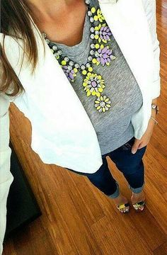 Outfit gris con blanco