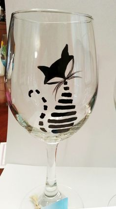 Whimsically lined Black Cat Wine Glass by eracindym on Etsy by cheryl Diy Wine Glasses, Decorated Wine Glasses, Hand Painted Wine Glasses, Wine Painting, Bottle Painting, Bottle Art, Wine Glass Crafts, Wine Bottle Crafts, Verre A Vin Design