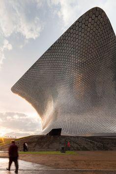 Diseñado por el arquitecto mexicano Fernando Romero, el museo Soumaya, consta de una fachada vanguardista que consiste en una estructura asimétrica plateada de formas suaves, cubierto por más de 16,000 placas de aluminio hexagonales. El edificio está ubicado en una zona llamada Nuevo Polanco en la Ciudad de México.