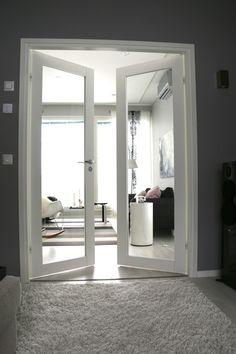 moderni,kodikas,vaalea sisustus,avara,valoisa,lasiovet,sisäänkäynti