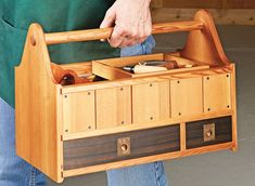 Go-Anywhere Tool Tote Tool Box Diy, Wood Tool Box, Wooden Tool Boxes, Wood Boxes, Woodworking Projects That Sell, Woodworking Workbench, Woodworking Techniques, Raw Wood Furniture, Wood Box Centerpiece
