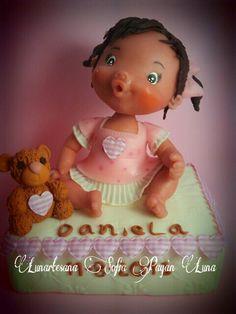 El regalo ideal para ese bautizo o cumpleaños,beba personalizada,realizada en porcelana fria,mideunos 20cm.