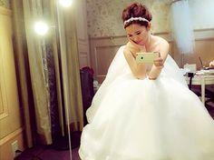 3mayun北野クラブさん❤️ 久々❤️今日も可愛くして下さった ♡ ♡ #北野クラブ #ウェディングドレス #ドレス #モデル #ブライダル #フェアー #アンテリーベ #アップスタイル #アレンジ #ヘアアレンジ #安定の #おでこ #でこっぱち #結婚 #結婚式場 #神戸 #北野 #控え室 #ヘアアクセサリー #ウェディングアクセサリー