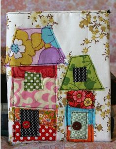 Patchwork quilts for children's beds. Applique Quilts, Embroidery Applique, Machine Embroidery, House Quilts, Fabric Houses, Diy Pour Enfants, Sewing Crafts, Sewing Projects, Fabric Postcards