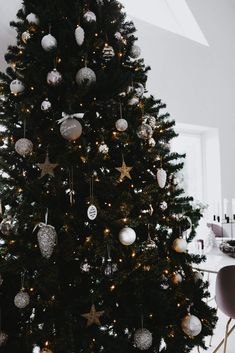 Tips: plant løk i bokstavkopper og dekorerer rundt i huset. Jeg plasserte dem i hyller over sofaen! Julestjernen på toppen av treet er på plass..! Tips: Advendtsstaken kan du lage selv med tallbrikker fra Lagerhaus. Da var leiligheten ferdig pyntet til jul. Forhåpentligvis kan noe være til inspirasjon! Nå gjenstår bare levering av x-antall utkast til jobb, …