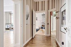 En större hall förbinder till våningens alla rum, sånär som på köket och den lilla jungfrukammaren. Kristinelundsgatan 5 - Bjurfors