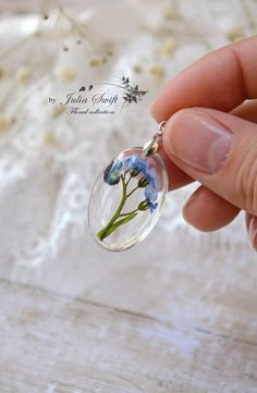 Diy Jewelry : Real forget me nots flowers oval resin necklace nature Jade Jewelry, Resin Jewelry, Jewelry Crafts, Handmade Jewelry, Resin Tutorial, Quilling Tutorial, Forget Me Nots Flowers, Leather Jewelry Making, Diy Resin Crafts