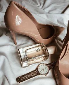 Accessoires | Beige pumps | High heels | Gold watch | Perfume | Classy | Classy outfit | Classy accessoires | Klassiek | Parfum | Gouden horloge | Klassieke outfit | Inspiration | More on Fashionchick