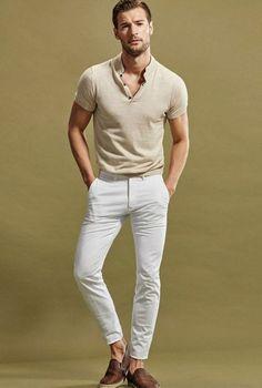 47f492440e20 T-shirt beige avec col en V, pantalon blanc cigarette, mocassins en marron