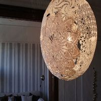 Upcycled Doily Lamp - for all those old lace scraps from Grandma? Doily Lamp, Vintage Crafts, Crafty Craft, Crafting, Diy Projects To Try, Pendant Lamp, Doilies, Diy Wedding, Wedding Ideas