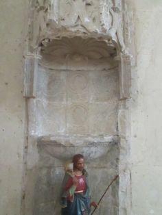 Enfeu dans la nef de la chapelle de Thouars. - La chapelle souterraine, qui servait à l'origine d'église paroissiale, à laquelle on accédait par un chemin dans le coteau (avant le nivellement par Marie de la Tour), abrite les sépultures de la famille de la Trémoille ainsi qu'un caveau situé en-dessous de cette chapelle. Le 12° et dernier duc de la Trémoille, Louis Jan-Marie, y fut enterré en 1933 (mort dans un incendie en Angleterre).