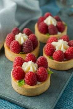 Mini raspberry pie recipe nicely embellished with buttercream and mint. Delicious little raspberry pie recipe from Bakeglad, which is easy! Tart Recipes, Baking Recipes, Dessert Recipes, Danish Dessert, Macaroni Recipes, Gourmet Cooking, Sweet Cakes, Cookie Desserts, Four