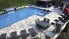 Des dimensions hors du commun ont permis d'aménager autour de la piscine un coin-repas, des aires de détente et un pavillon pour se relaxer.