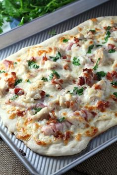 Chicken Cordon Bleu Pizza - Make with low carb crust. A simple pizza topped with grilled chicken, ham, bacon, swiss and mozzarella cheese. Chicken Ham, Chicken Recipes, Grilled Chicken, Cheesy Chicken, Grilled Ham, Garlic Chicken, Pain Pizza, Pizza Pizza, Pizza Rolls