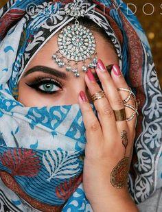 Islamic Fashion, Indian Fashion, Beautiful Eyes, Gorgeous Women, Arabic Eyes, Arabic Makeup, Arab Women, Turkish Art, Creative Costumes