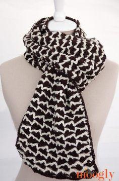 Een haakpatroon (vertaald naar het Nederlands) van een mooie zwart wit sjaal. Kom voor het haakpatroon van de sjaal naar haakinformatie.