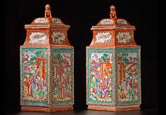 """Pareja de jarrones romboidales con tapa China. Epoca de Jiaqing (1796-1820) Porcelana para la exportación decorada con escenas de Mandarines en esmalte """"Famille Rose"""" Cada una de las tapas está rematada con un león de bulto redondo 34 x 18 x 11 cm"""