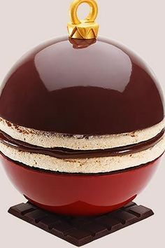 "Jean-Paul Hévin and ""Maboule de Noël"", composed of a ganache of chocolate and warm wine between two macaroon discs coated with orange and ginger Chocolate Christmas Gifts, Christmas Desserts, Christmas Treats, Christmas Recipes, Warm Wine, Cupcakes, Chocolate Art, Chocolate Delight, Dessert Bread"