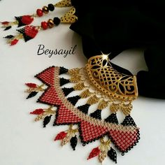 This Pin was discovered by iğn Moda Emo, Piercings, Scarf Jewelry, Necklace Designs, Hand Embroidery, Bracelet Watch, Knit Crochet, Diy And Crafts, Beaded Necklace