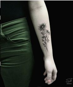 25 Delicate Small Flower Wrist Placement Tattoo Unique Ideas For Woman - Latest Fashion Trends For Woman Floral Arm Tattoo, Flower Wrist Tattoos, Small Wrist Tattoos, Arm Tattoos For Women, Tattoo Flowers, Name Tattoos, Foot Tattoos, Forearm Tattoos, Symbolic Tattoos