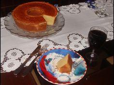 Receita de Bolo de leite - 3 xícaras chá de leite, 2 xícaras chá de farinha de trigo, 2 xícaras chá de açúcar refinado união, 1 xícara chá de manteiga, 4 ovos