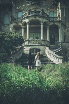 What stories the rooms in this abandoned house might whisper . Old Buildings, Abandoned Buildings, Abandoned Places, Abandoned Castles, Old Abandoned Houses, Haunted Places, Abandoned Mansions, Old Mansions, Belle Photo